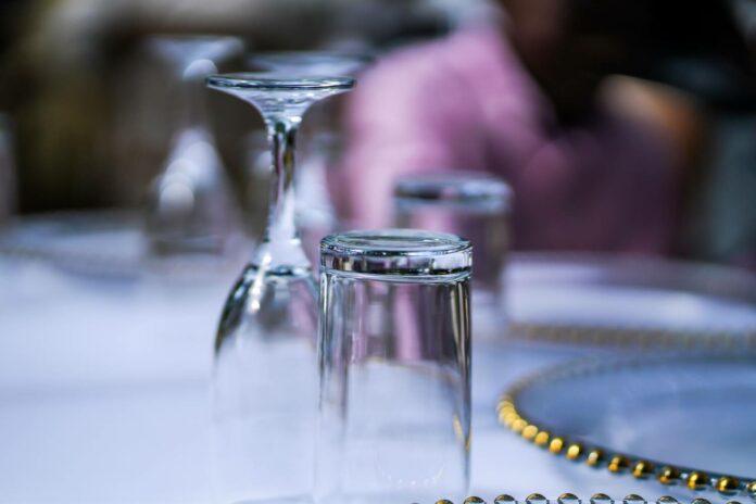 ylösalaisin pöydällä olevat juomalasit