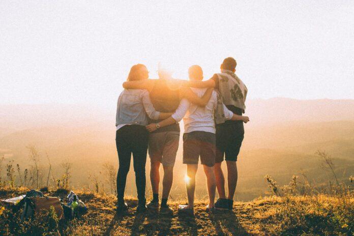 porukkahalaus, neljä ystävystä katsoo auringonlaskuun
