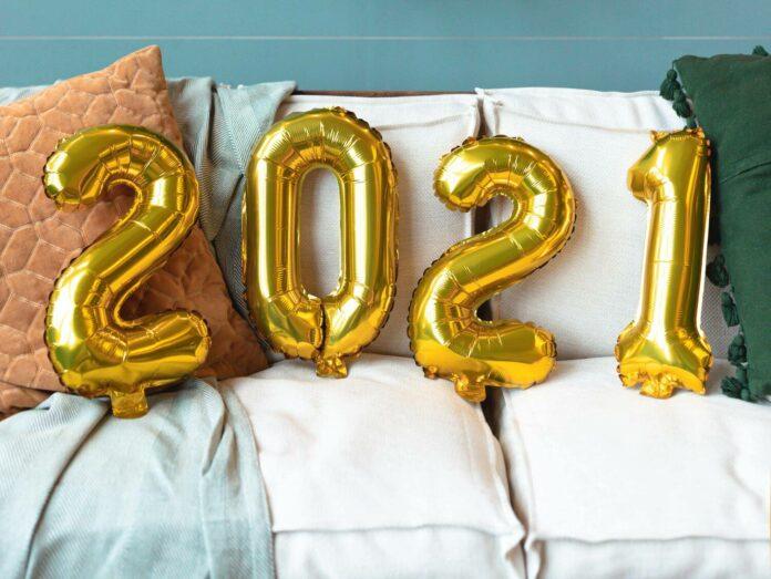 Uudenvuoden 2021 ilmapallot sohvalla