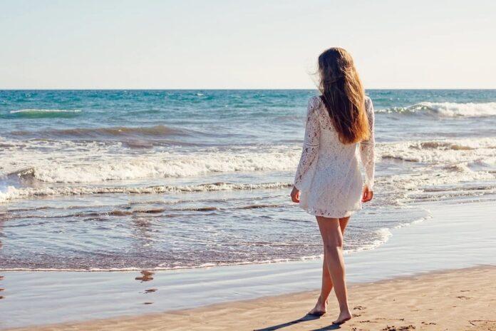 nainen-ranta-meri
