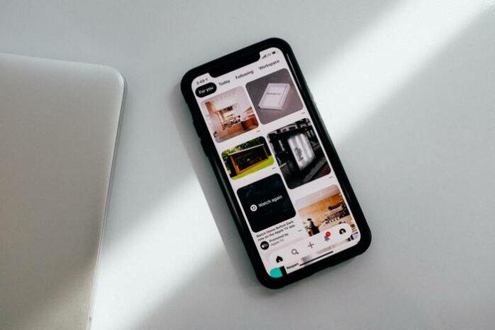 älypuhelin pöydällä
