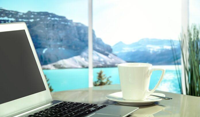 nakoala-hotelli-tietokone-kahvi-pixabay