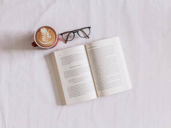 Avoin kirja ja kahvikuppi