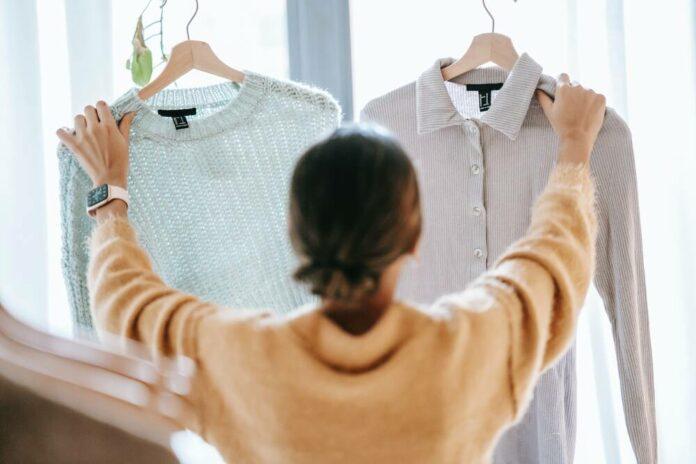 Nainen katselee vaatteita